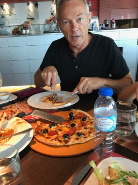 Eat like a local, Pizza Hut, Porto